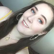 Amyythevegan selfie from twitter - online vegan activist